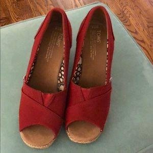 Red canvas peep toe wedge Tom's